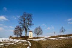 Kapelheuvel door een boom royalty-vrije stock afbeeldingen
