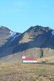 Kapell för Vik Iceland ` s på kullarna av Island royaltyfri fotografi