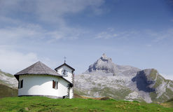 Kapell i bergen.   Arkivbilder