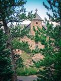 Kapell i skog med blå himmel fotografering för bildbyråer