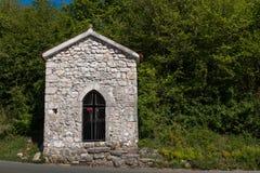 Kapell i skogen, ö Krk, Kroatien arkivbild