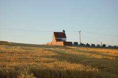 Kapell och kyrkogård i fält Arkivfoto