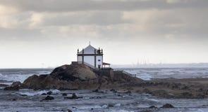 Kapell på stranden under en stormig dag arkivbilder