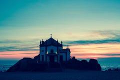 Kapell Senhor da Pedra på skymning, Miramar strand Arkivbild