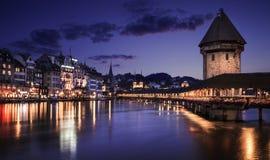 Kapellbro- och vattentorn i Lucerne på natten Royaltyfri Fotografi