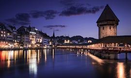 Kapellbro- och vattentorn i Lucerne på natten Arkivbild