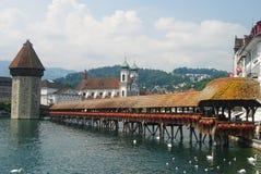 Kapellbrucke che data dal 1333 è il punto di riferimento più noto di Lucerna Fotografie Stock Libere da Diritti