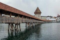 Kapellbrucke kapellbro med vattentornet i Lucerne, Switzerl Arkivfoto