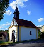 Kapelle auf dem Dorfplatz stockfotos