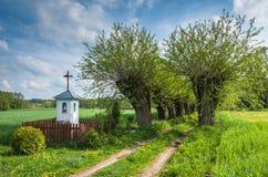 Kapelle auf dem Weg Stockfotos