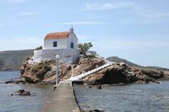 Kapelle auf einem Felsen auf Leros-Insel, Griechenland Stockbild