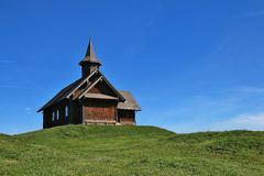 Kapelle auf einem grünen Hügel Lizenzfreies Stockfoto