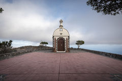 Kapelle auf einem Hügel bei Sonnenuntergang Stockfotografie