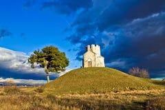 Kapelle auf grünem Hügel, Nin, Dalmatien Lizenzfreies Stockfoto