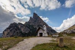 Kapelle bei Passo Falzarego Stockfotos