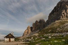 Kapelle bei Tre cime di Lavaredo in den Dolomit Lizenzfreie Stockbilder
