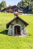Kapelle in den Alpenbergen Stockfotografie