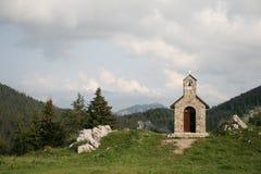 Kapelle in den Bergen stockbild
