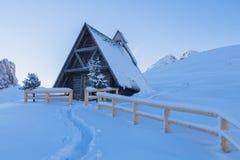 Kapelle in einem schneebedeckten stockfotografie