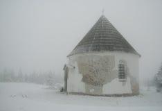 Kapelle im Nebel Stockbild