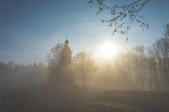 Kapelle im Nebel lizenzfreies stockfoto
