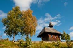 Kapelle mit Bäumen im Herbst Stockfotos