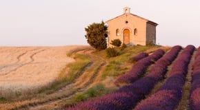 Kapelle mit Lavendelfeld Lizenzfreies Stockfoto