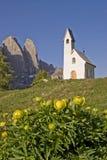 Kapelle Sans Maurizio auf dem Gardena-Durchlauf Stockbilder