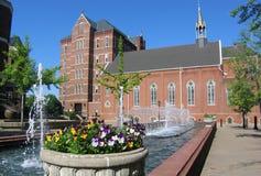 Kapelle und Brunnen lizenzfreies stockbild