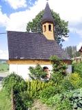 Kapelle und Gemüsegarten stockfotografie
