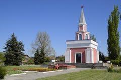 Kapelle und Stern mit ewigem Feuer nahe dem Haus der Kultur nahe dem zentralen Platz in Oktyabrsky-Regelung Stockfotos