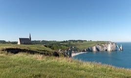 Kapelle und Strand von Etretat in Normandie Stockfotos