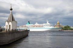 Kapelle von Sankt Nikolaus und der Kreuzschiff Albatros auf dem Neva-Fluss Heilig-Peter Lizenzfreie Stockfotografie