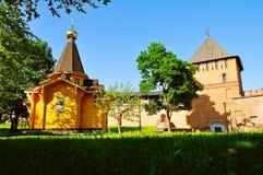 Kapelle von St. Vladimir - Prinz von Novgorod und von Baptisten von Rus und Vladimir Tower im Kreml in Veliky Novgorod, Russland stockbild