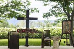 Kapellen-Altar mit Blumen und Jungfrauporträt Lizenzfreies Stockfoto