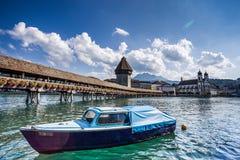 Kapellen-Brücke über dem Fluss Reuss in der Luzerne Lizenzfreie Stockfotografie