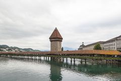 Kapellen-Brücke und Wasserturm in Luzern, die Schweiz Lizenzfreie Stockbilder