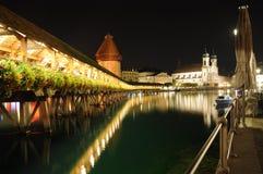 Kapellen-Brücke nachts Stockfotos
