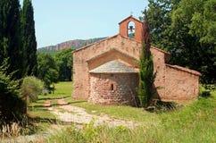 Kapellen-Str. Denis mit roten Felsenklippen   Stockbild