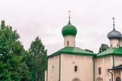 Kapellen und Hauben der Kirche am Kloster Lizenzfreies Stockfoto