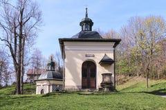 Kapellet i Kalwaria Zebrzydowska som är arkitektonisk och, parkerar landscapen royaltyfri foto