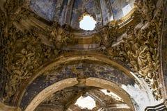 Kapellgarnering med gotiska skulpturbeståndsdelar i förstörd kyrka arkivbild