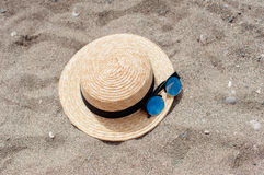 Kapelusz i okulary przeciwsłoneczni na plaży Zdjęcia Royalty Free