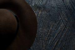 Kapelusz na drewnianej powierzchni zdjęcia stock