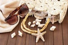 Kapelusz, plaży torba i okulary przeciwsłoneczni na ręczniku, obraz stock