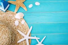 Kapelusz, skorupy i rozgwiazda na stole z kopii przestrzenią, Zdjęcie Royalty Free