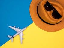 Kapelusz, szkła i samolot, obrazy stock