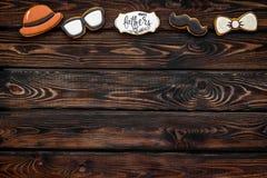 Kapelusz, wąs, szkła, łęku krawat i kopia dla Szczęśliwego dzień ojca przyjęcia na drewnianej tło odgórnego widoku kopii przestrz obraz stock