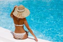 kapeluszowego basenu relaksująca kobieta obraz stock
