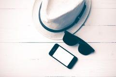 Kapeluszowi okulary przeciwsłoneczni i mądrze telefonu rocznika styl Zdjęcia Royalty Free